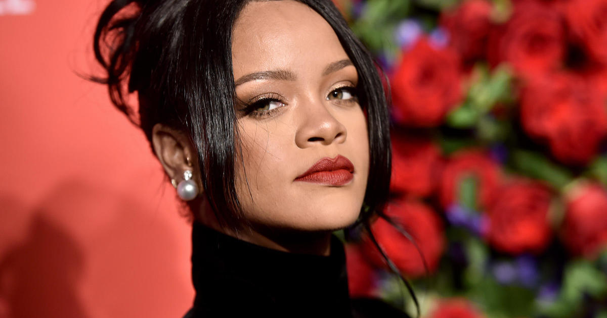 Rihanna apologizes to Muslims for song in fashion show