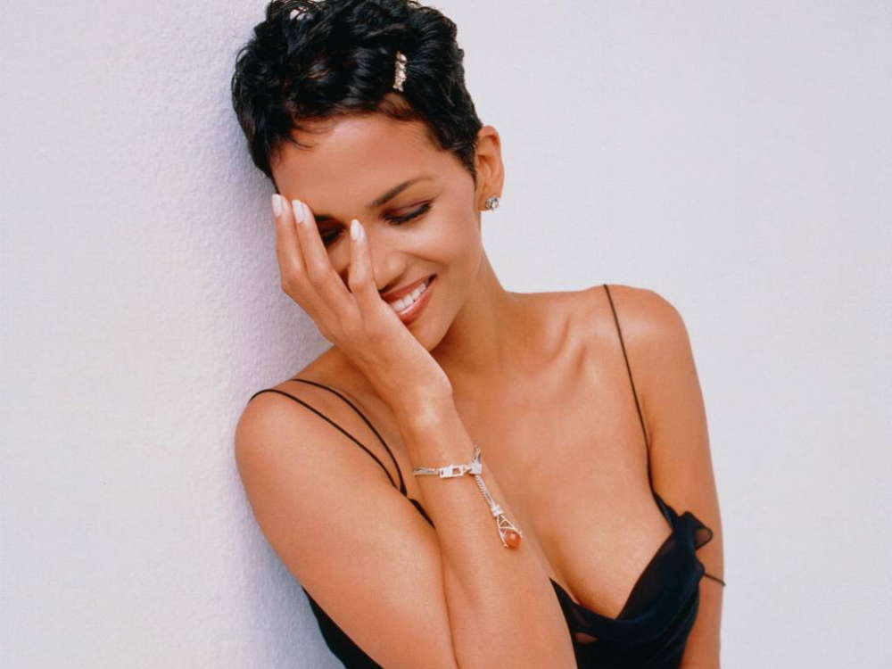 Halle Berry Laughs At Cocktails With Queens Comments On How She Sucks In Bed